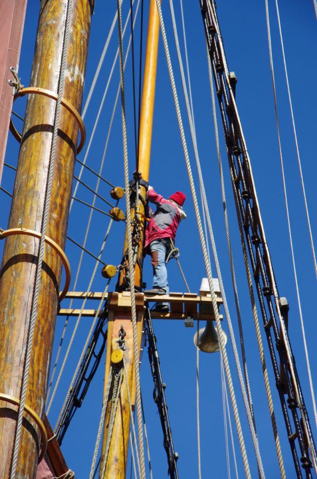Feintuning am Mast vor der Regatta
